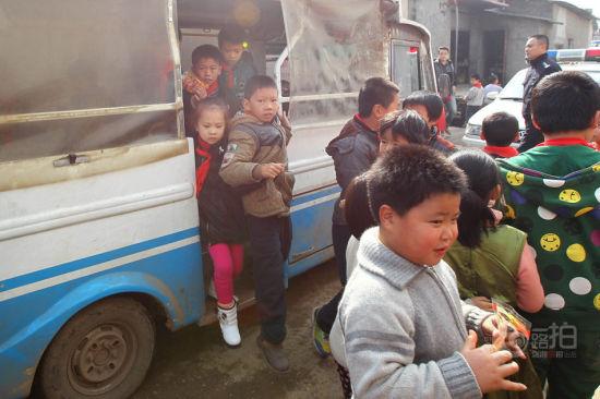 长沙某小学非法挤满孩子电瓶车接送20名小学东厦门芳湖里学生图片