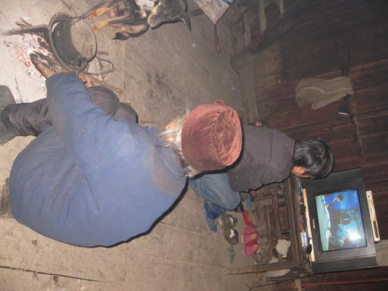家里仅有的一只小木凳,86岁的奶奶专用,张仕科看电视,只是蹲在地上。