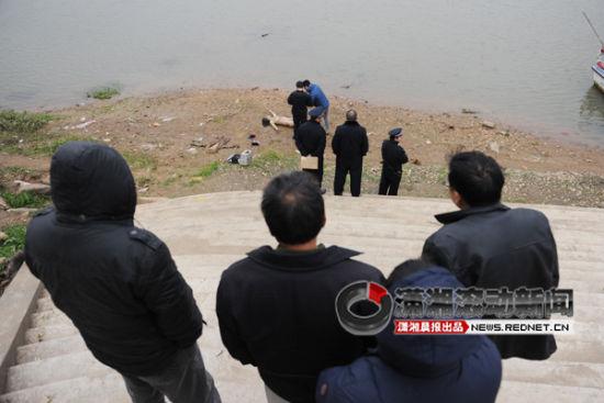 (12月19日,长沙裕湘纱厂湘江边,一位在附近拍婚纱照的摄影师发现江边有一具女尸,死者大概20岁,警察正在现场调查。图/潇湘晨报滚动新闻实习生 杨旭)