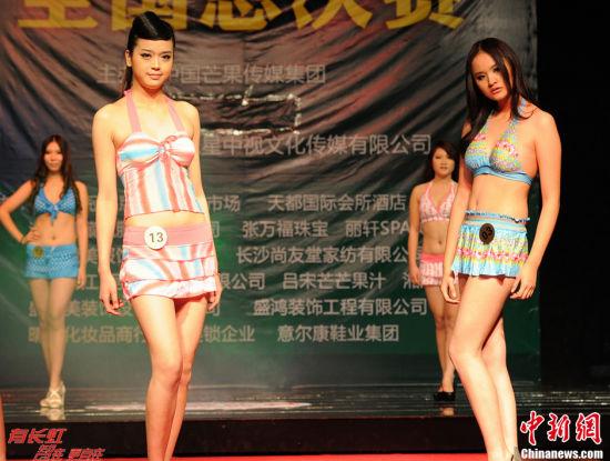 冠军张卉林(图右)泳装走秀。