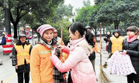 昨日,友谊社区工作人员将围巾送到环卫工人手上。李锋 摄