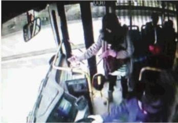 公交车监控显示女子将百元钞票一张一张投进投币箱。