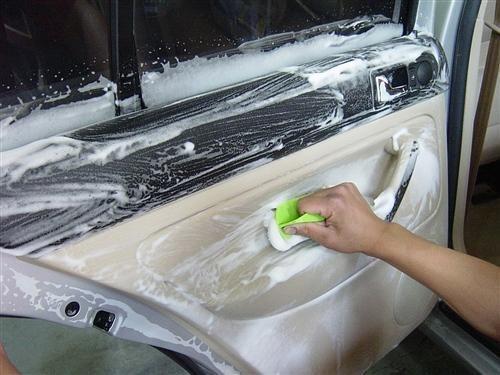 等到汽车美容店做全面内饰养护时再对顶棚进行彻底清洗.