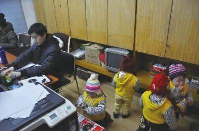 1月3日,四胞胎爸爸邹光群正在忙着手头上的工作,四个小家伙开始各自忙活起来 实习生 唐俊 摄