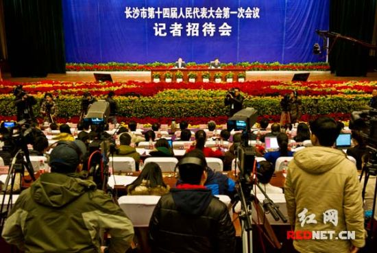 1月4日下午,长沙市第十四届人大第一次会议举行记者招待会。(图片来源:红网)