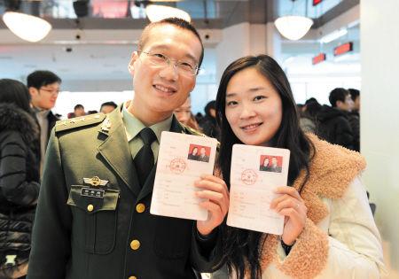 一对新人在岳麓区政府政务服务大厅领取结婚证后晒幸福。   石祯专摄