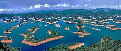 千岛湖中大小岛屿形态各异,群岛分布有疏有密,罗列有致.