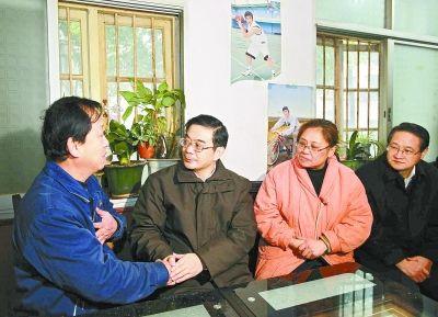 1月7日,省委书记、省人大常委会主任周强看望湘潭钢铁集团有限公司困难职工高铁君。 本报记者 张目 摄