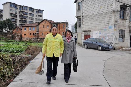 一个是靠捡垃圾扫大街为生的66岁老人,一个是长相秀气的38岁小学女老师,火车上的偶然邂逅,居然一见钟情,演绎了一段旷世奇恋。   是什么让这他们相互吸引走到一起?作秀还是真爱?面对世俗,他们又将以什么心态去面对和承受?   特殊恋人亮相,唏嘘声一片   2013年1月3日,新年的第三天,岳阳市风景秀丽的南湖走廊上,依偎而行的一老一少最开始并没有引起很多人的关注。可是,当两句对话后,他们很快成了焦点。   陈嗲,你什么时候有个女儿咯?有认识的行人问老者。   这不是我妹子呢,是我婆婆子!被称作陈