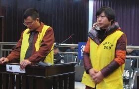 2012年12月10日,湖南衡阳市中级人民法院,顾湘陵(左)和妻子吴利君接受庭审。图/通讯员李建辉