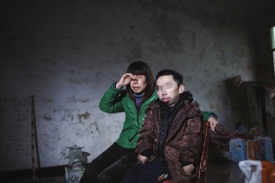 魏巧云和儿子在出租屋内相依为命。