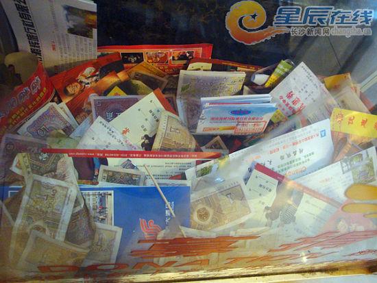长沙民航大酒店内的长沙市红十字会募捐箱中被扔进许多垃圾。