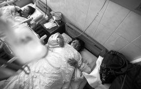 1月22日,长沙市第四医院,车祸中受伤的乘客正接受治疗。图/记者李坤