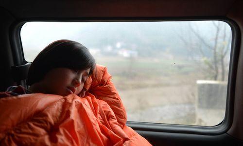 1月21日,前往武陵源区中湖乡的路上,覃露在车上睡着了。