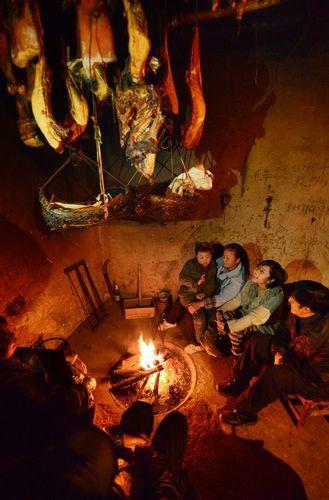 1月21日晚,已经忙碌了几天的覃露抽空回家,吃完饭后和家人围坐在火炉边聊天。