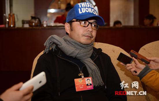 汪涵委员接受记者采访。