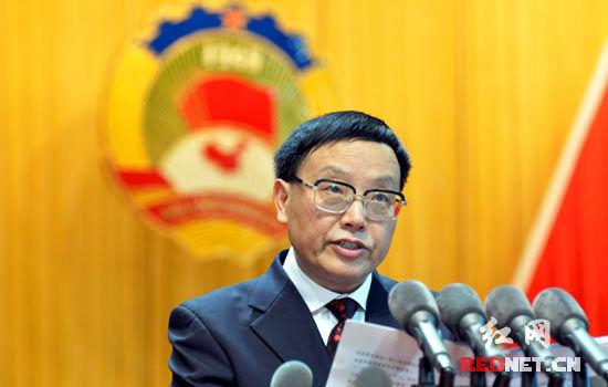 十届湖南省政协副主席武吉海代表十届省政协常委会作工作报告。