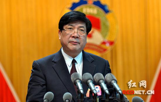 十届省政协副主席刘晓代表十届省政协常委会作关于提案工作情况的报告。