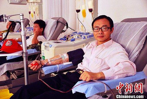 图为唐白良老师正在郴州血站献血。何炳文 摄