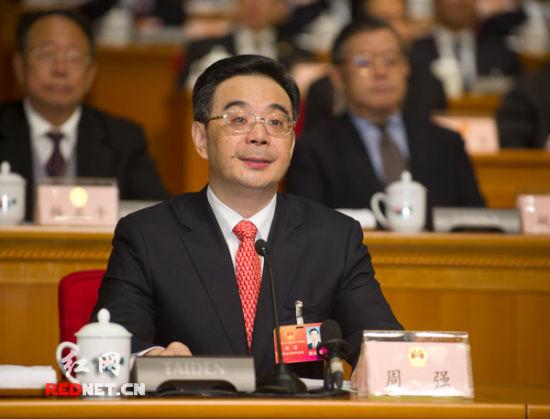 (湖南省第十二届人民代表大会第一次会议主席团常务主席、执行主席周强主持大会。)