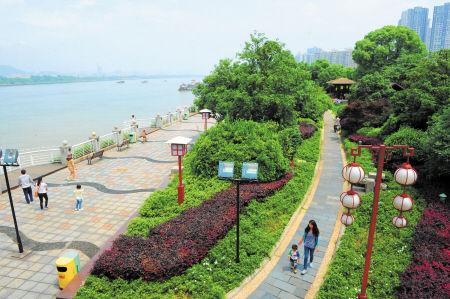 2012年,长沙继续加大城市绿地建设,提升沿江景观、城市广场绿化效果,这是风景如画的湘江风光带。余志雄 摄(资料图片)
