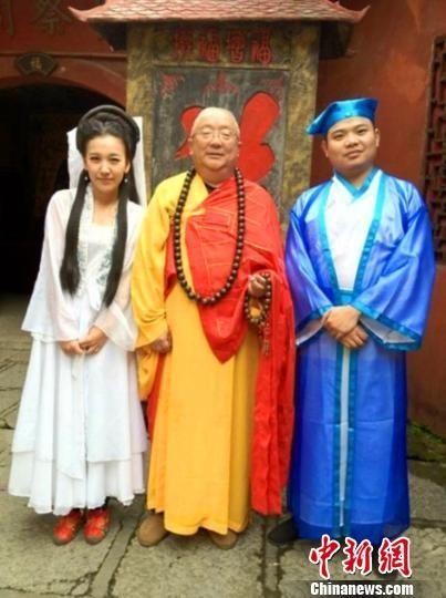 """张家界市旅游局正处级调研员郑亚平,再次摇身变为""""法海和尚""""。"""