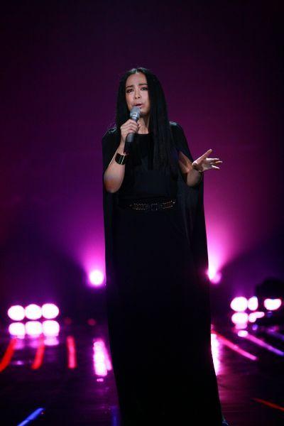 黄绮珊是现场唯一一位不戴反送耳机,只凭演唱经验和刻苦练习来掌握音乐节奏的歌手。