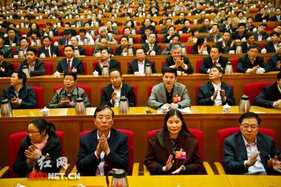 大会通过多项决议后,人大代表们热烈鼓掌。