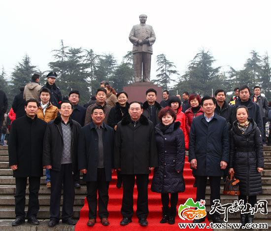 图为在毛主席铜像前的合影,前排中为梅克保