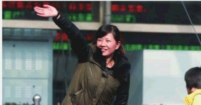 2月15日,春节假期最后一天,旅客纷纷踏上返程。湖南各大车站已进入节后返程客流高峰,一名市民在火车站外向朋友挥手送别。 新华社 图