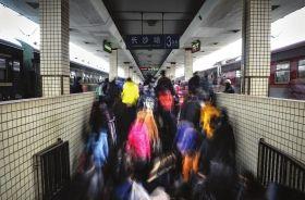 2月15日,长沙火车站,大量旅客涌进站台,踏上春运的旅途。图/实习记者杨旭