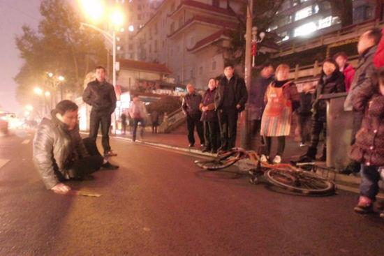 (摩托车撞倒骑自行车的胡先生迅速逃走。图/潇湘晨报滚动新闻记者 陈斌)