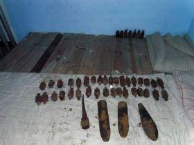 2月16日,民警将炸弹带回派出所处理。图/通讯员沈诚子