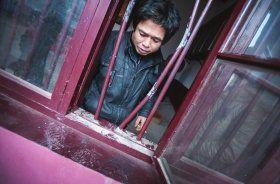2月19日,宁乡县声灵山观音庙的古钟被盗,大殿的铁窗被撬开,窗台上还留着脚印,引来附近村民围观。图/记者李坤