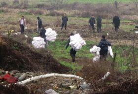 2月20日,湘潭市岳塘区,工作人员正准备用棉被吸附农田里残留的汽油。
