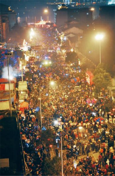 闹元宵,不热闹怎么闹元宵?2月24日晚,长沙市开福寺路,上万市民在开福寺观赏元宵花灯。实习生 李健 摄