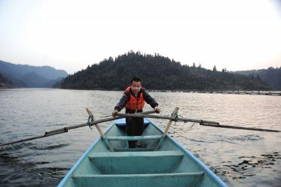 2月23日,沅陵县清浪乡,舒文广在夕阳下划着小船。船是这里最主要的交通工具。组图/记者辜鹏博