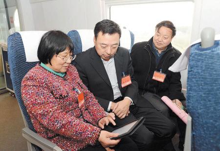 昨日,在5个多小时的旅程中,代表们热议国是、畅谈民生,献计献策,积极履行代表职责。