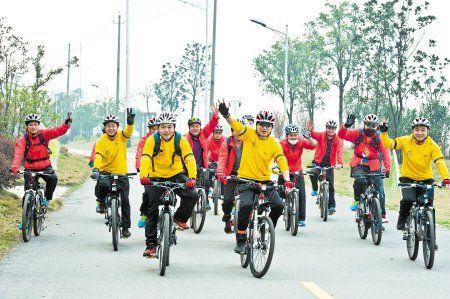 昨日,长沙金霞开发区30多位环保志愿者穿着鲜艳的运动装,自发组织骑自行车前往望城靖港踏青。
