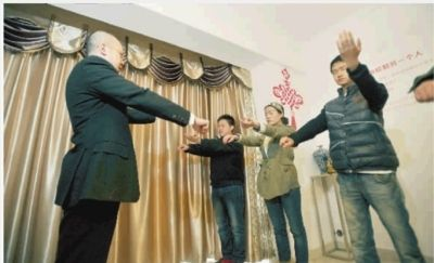 3月13日上午,本报记者张浩(右一)、实习记者邱文艳(右二)一起体验催眠,跟着唐堂的指令做各种动作。记者 田超 摄