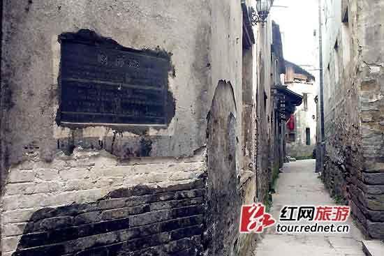 财神殿的外墙上已被摸出了一道伤痕。