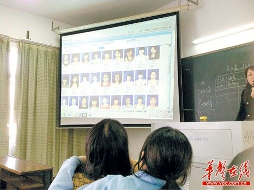 @张灿_Zer:我在这里:#湖南财政经济学院第三教学楼#好狠的点名!我们班还是龙哥最美丽啊。
