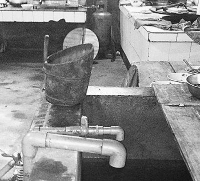 在镇机关食堂,洗菜煮饭都用自来水。本报记者 颜 珂摄