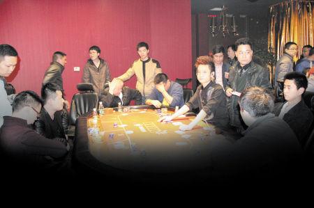便衣民警突袭赌博俱乐部,将涉赌人员控制。龙西丹 摄
