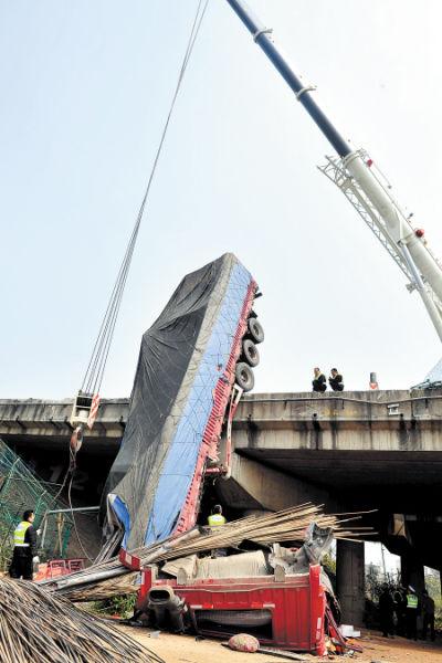 载满钢筋的大货车坠桥