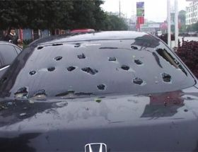 湖南靖州,小车挡风玻璃被冰雹砸烂。视频截图