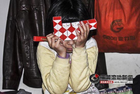 集体宿舍里,10岁的女孩