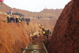 1月24日,挖掘机正在进行救援。当日,长沙市人民东路延线(长沙县段)发生边坡坍塌事故,造成2人死亡,2人受伤。图/记者华剑
