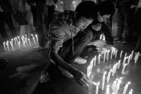 3月23日,长沙市涂家冲赤黄路附近,市民和学生点起蜡烛为杨丽君祈福。图/记者刘有志