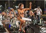 巴西民众裸骑自行车 倡导绿色出行风雨无阻